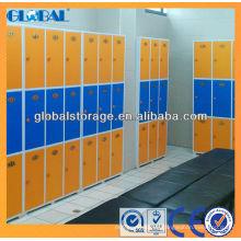 Plastikschrank in Orange und Blau