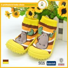 El niño recién nacido pega los zapatos / los calcetines del zapato de bebé / los calcetines del bebé al por mayor