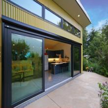 Puerta corredera de aluminio con doble acristalamiento y vidrio grande