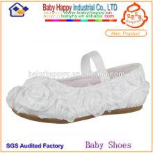 Zapatos blancos llanos de la muchacha de la suposición para los cabritos