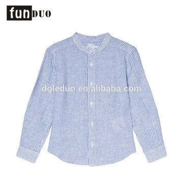 Los niños hermosos del vestido de la camiseta del niño ventilan las tapas azules claras Camiseta del niño