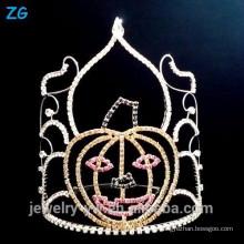 Coroa de cristal colorida da representação histórica de Dia das Bruxas