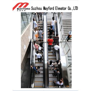 Escada rolante do elevador do passageiro para a estação de comboio