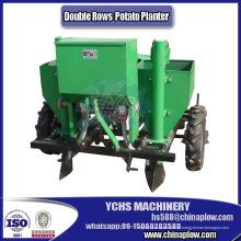 A fazenda implementa a máquina do plantador da batata no trator dobro das fileiras Yto