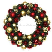 Рождественский венок с декоративными шарами