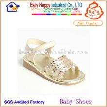 Zapatos cristalinos del alto talón para las sandalias de los niños