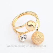 Anel banhado a ouro do cristal da esfera da forma