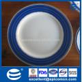 Platos blancos de la vajilla con los bordes azules rim los platos de servicio azules