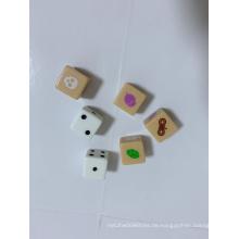 Roal spielen Brettspielwürfel mit Schlange, Schädelkopf und Nuss usw. auf