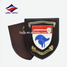 Solid logo shield shape placa de prêmio de madeira