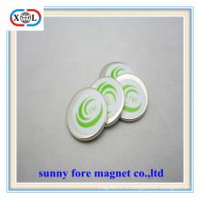круглый магнит музыкальный инструмент с зеленого цвета стикер