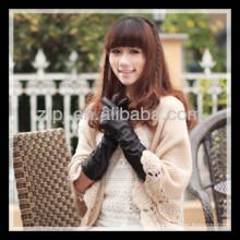 Dame de mode portant un cuir de gant d'hiver pour manchette