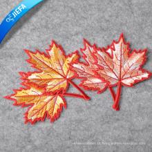 O bordado feito sob encomenda do logotipo do tipo da tela costura no Applique / crachás