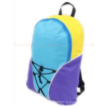 Soem-nette Schulkinder scherzt Rucksack-Schultasche