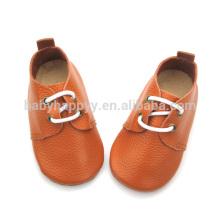 El niño caliente del cuero marrón de la calidad calza los zapatos de cuero puros del bebé