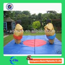 Los niños al por mayor divertidos calientes y los adultos sumo que luchan los juegos de lucha