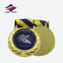 Medalha de metal brilhante e ouro brilhante com fita