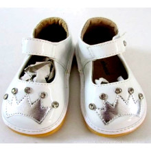 Белая малышская скрипучая обувь с лентой короны и сияющими камнями