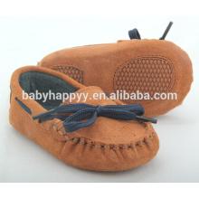 Оптовые небольшие MOQ коричневые gommino замшевые кожаные детские туфли с ленточкой