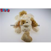 Bege mentir brinquedo bonito cão de pelúcia com orelha marrom e almofada do coração Bos1189