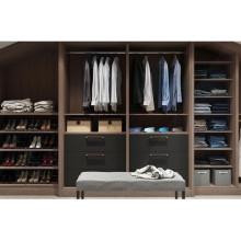 guarda-roupa aberto com armário de madeira no quarto