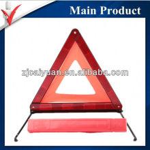 Автомобиль безопасности отражает предупреждающий треугольник