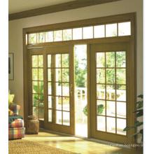 Visão brilhante espaçosa, porta deslizante de estrutura de madeira com vidro transparente