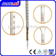 Лаборатории Джоан стеклянной пипеткой с резиновой грушей для лаборатории