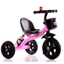 O triciclo bonito cor-de-rosa das crianças caçoa o triciclo