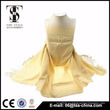 Nuevos productos calientes para el diseño amarillo de la borla 2015 para la bufanda del mantón de la muchacha