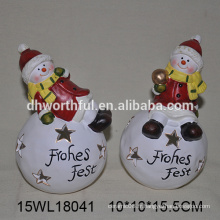 Attractive décoration de Noël, bonhomme de neige en céramique avec boule de neige