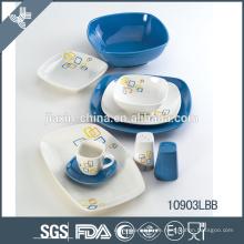 Schöner keramischer Abendessensatz der blauen und weißen Platten