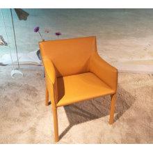 Tapicerowane krzesło do jadalni ze skórzanym siodełkiem firmy EOOS