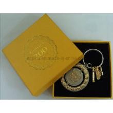 Boîte cadeau en papier jaune avec porte-clés