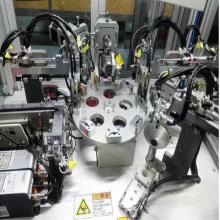 Machine d'assemblage automatique pour poignée de porte