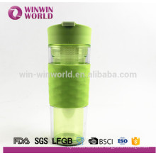 Botella de agua, manga de silicona de color Infusor de fruta / filtro / filtro Botella de agua de plástico de 500 ml