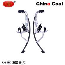 Los adultos del equipo de los deportes al aire libre que saltan los zancos del grupo del carbón de China