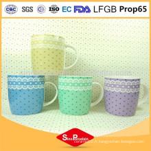 375ml Nouvelle tasse de tasse en céramique de voyage de Chine osseuse avec des dentelles et des points