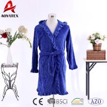 Novo estilo em relevo coral fleece plissado robe poliéster mulheres com capuz roupão