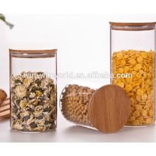 El silicón grande de la cocina sella el tarro de cristal hermético del almacenamiento con la tapa de madera