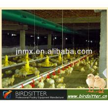 La grille-broche et l'éleveur les plus chauds utilisent l'équipement pour poulet