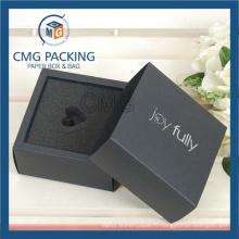 Boîte de papier pliée de carte noire avec l'éponge