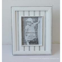 Marco de madera blanco de la foto con la línea de plata