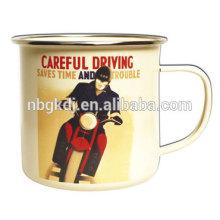 Caneca de esmalte de condução cuidadosa Caneca de esmalte de condução cuidadosa