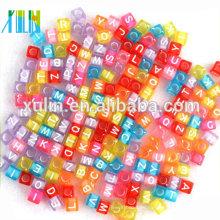 Pulseras de dijes que encuentran perlas de alfabeto de color mixto en forma de cubo