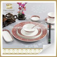 Mesa de cena de cerámica roja del estilo japonés fijada acción