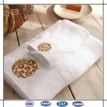 Super calidad 100% algodón borde de satén con bordado de lujo toalla de hotel fija