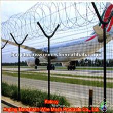 Alto refuerza y la defensa de la seguridad cerca del aeropuerto con el poste del tipo de Y