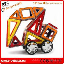 Los juguetes magnéticos del edificio del plástico que los niños tienen gusto