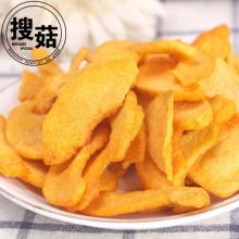 Pépites de pêche jaunes frites sous vide comme casse-croûte de santé